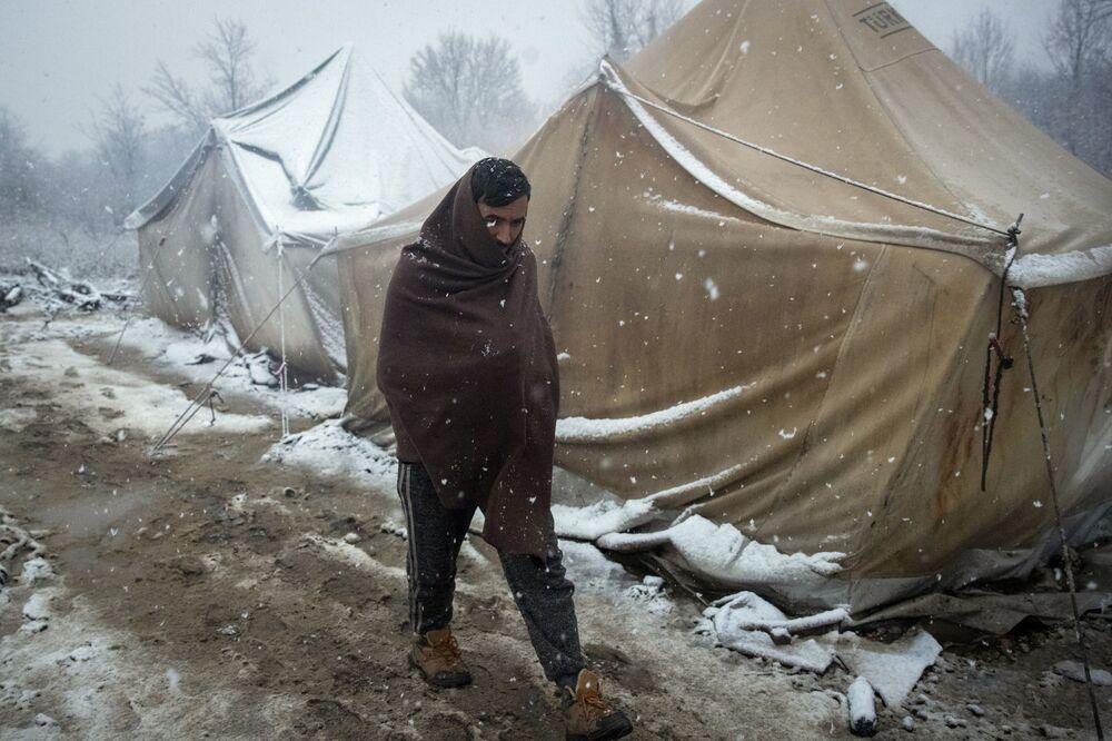 Refugiado caminhando pelo campo de refugiados na Bósnia
