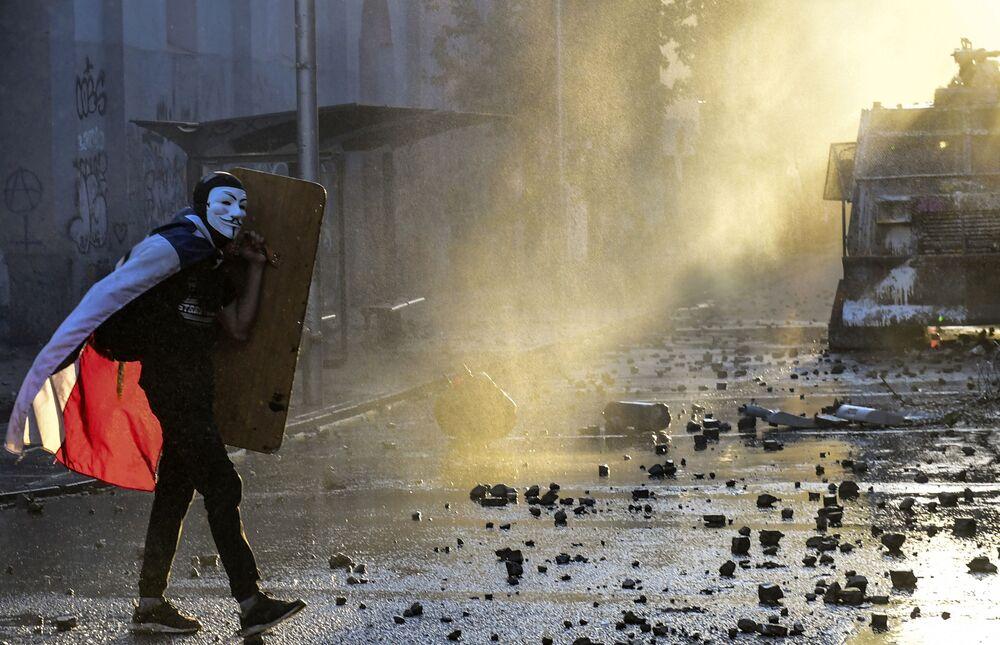 Manifestante com máscara de Guy Fawkes durante um protesto antigovernamental em Santiago, Chile