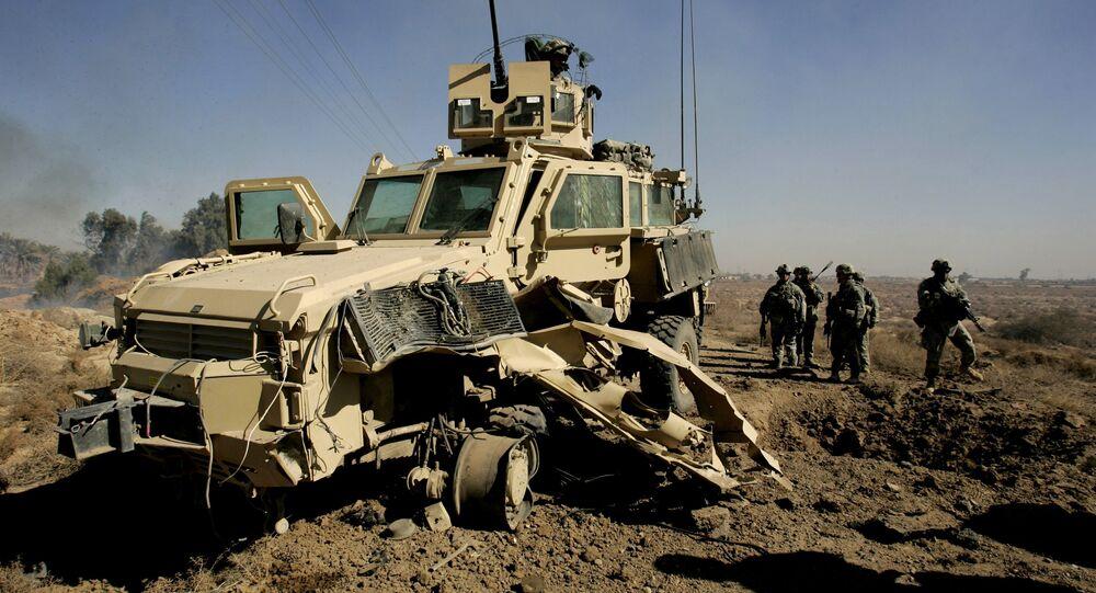 Soldados americanos ao redor de veículo MRAP danificado
