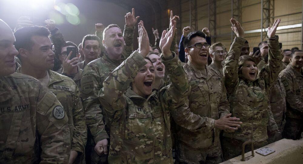 Militares norte-americanos recebem o presidente dos EUA, Donald Trump, em base militar no Iraque (foto de arquivo)