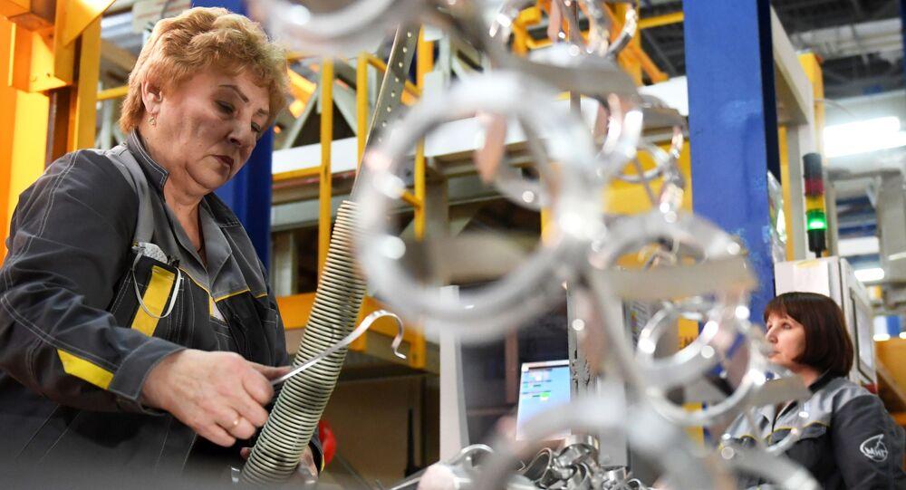 Operárias da fábrica de aeronaves de Lukhovitsy na seção de montagem