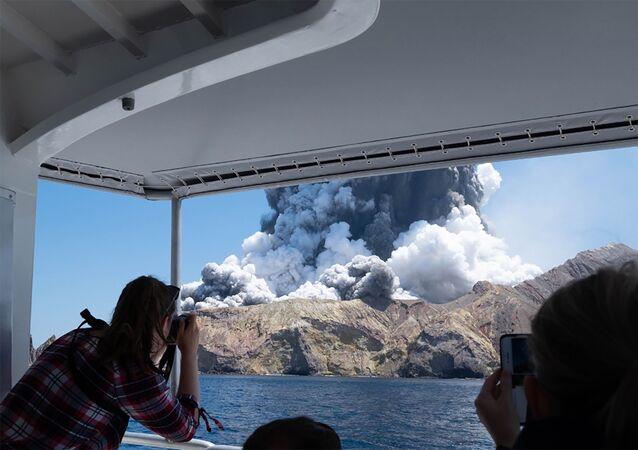 Turistas filmam erupção do vulcão na Ilha Branca, na Nova Zelândia, 9 de dezembro de 2019