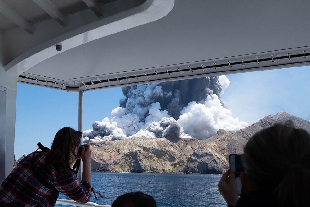 Turistas filmam erupção do vulcão na Ilha Branca, na Nova Zelândia.