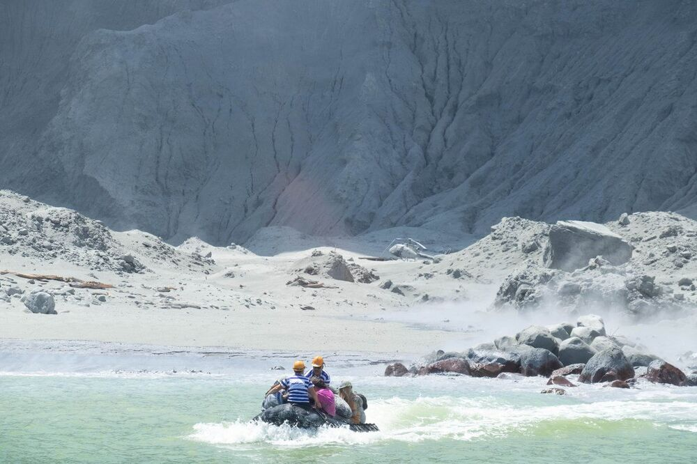 Guias evacuam a Ilha Branca na Nova Zelândia.