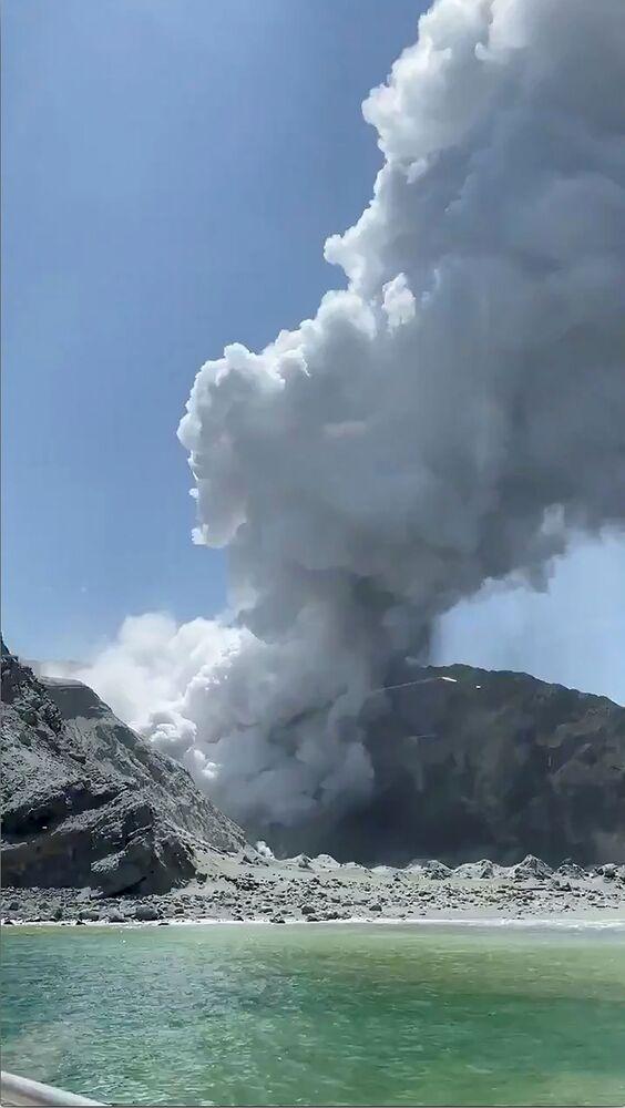 Fumaça encobre a Ilha Branca durante erupção de vulcão.