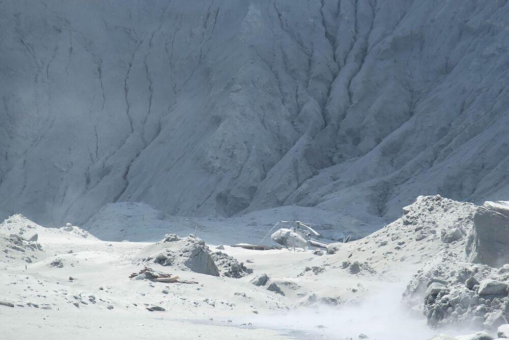 Helicóptero coberto de cinzas vulcânicas na neozelandesa Ilha Branca.