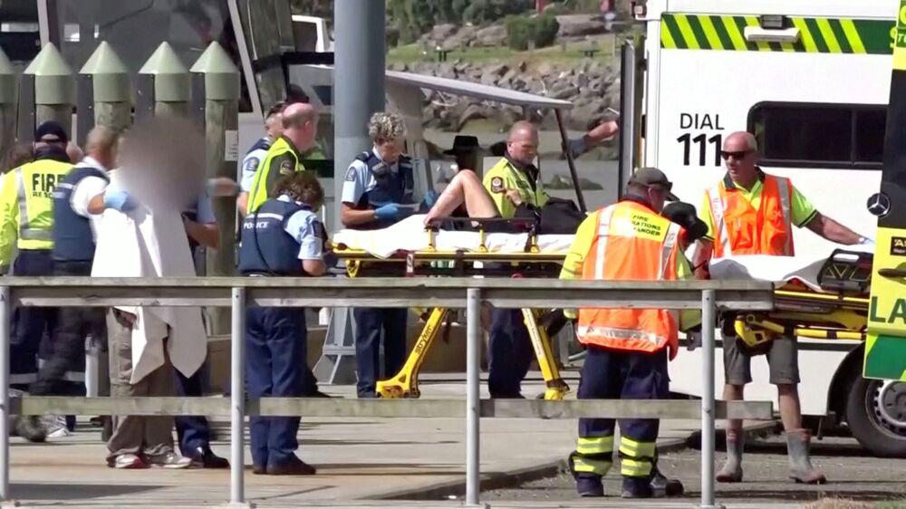 Equipe médica socorre ferido após a erupção do vulcão da Ilha Branca, na Nova Zelândia.