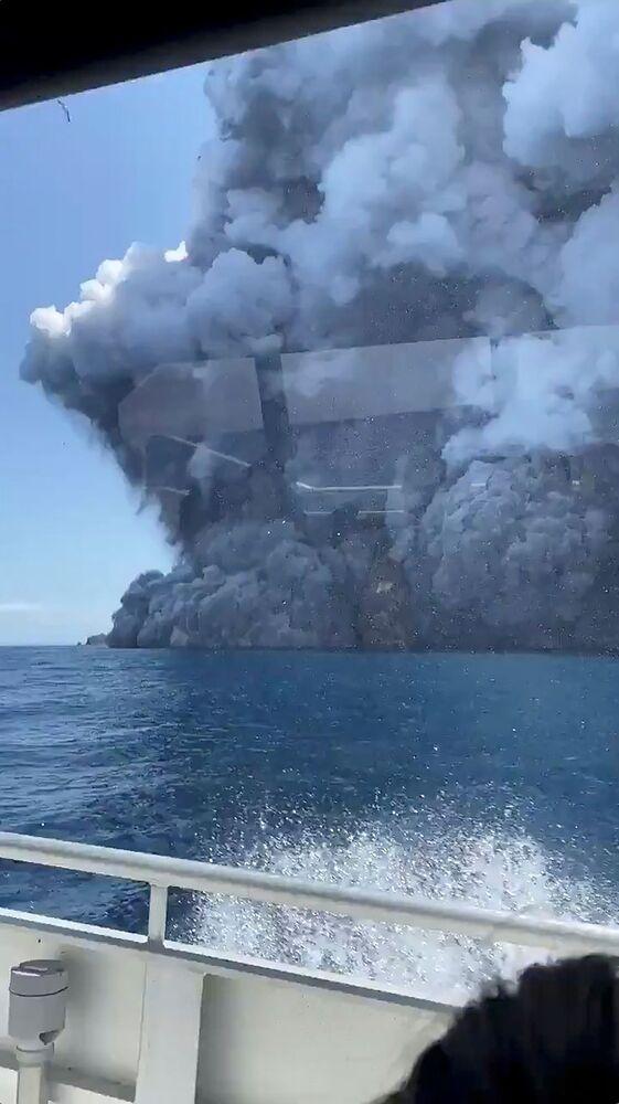 Fumaça do vulcão da Ilha Branca é vista à distância.