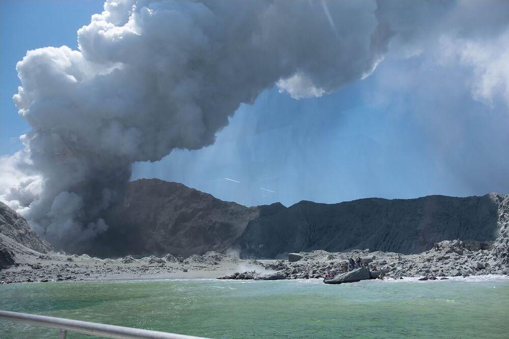 Vulcão entra em erupção em ilha neozelandesa.