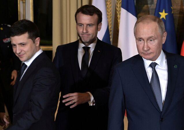 Presidente russo Vladimir Putin (à dir.) e o líder ucraniano Vladimir Zelensky (à esq.), com o anfitrião Emmanuel Macron ao centro