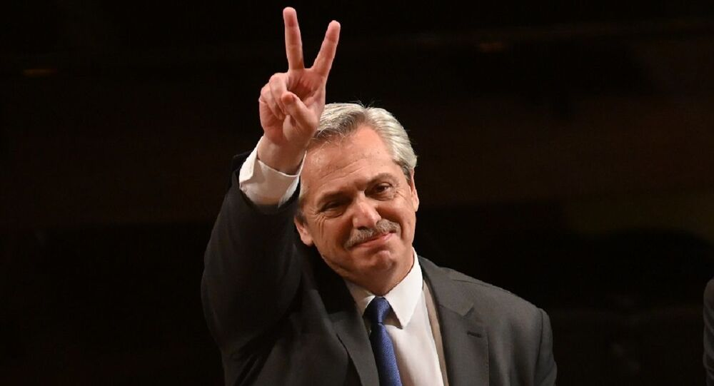 Presidente eleito da Argentina Alberto Fernández fazendo V de vitória no México