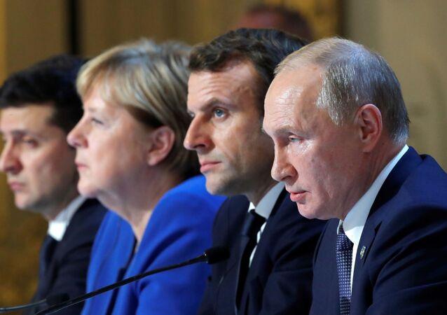 Presidente da Ucrânia, Vladimir Zelensky, chanceler da Alemanha, Angela Merkel, presidente da França, Emmanuel Macron e da Rússia, Vladimir Putin, em conferência de imprensa conjunta, em 9 de dezembro de 2019