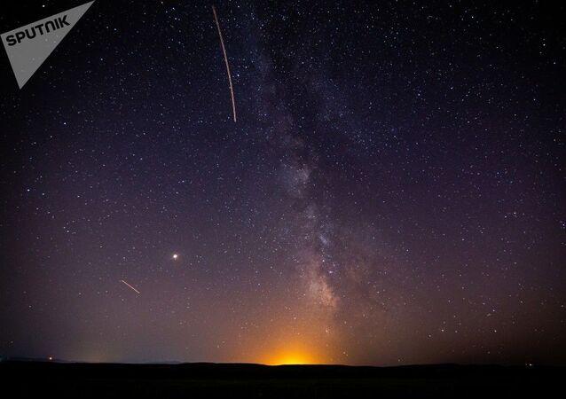 Chuva de meteoros Perseidas clareia céu noturno, na região de Krasnodar (foto de arquivo)
