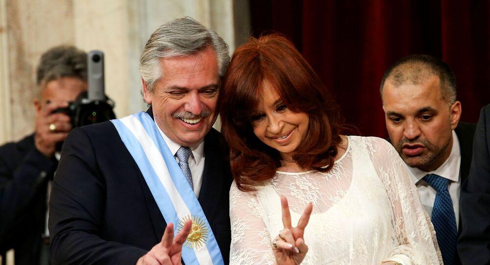 Presidente argentino Alberto Fernández ao lado da sua vice, a ex-presidente Cristina Kirchner