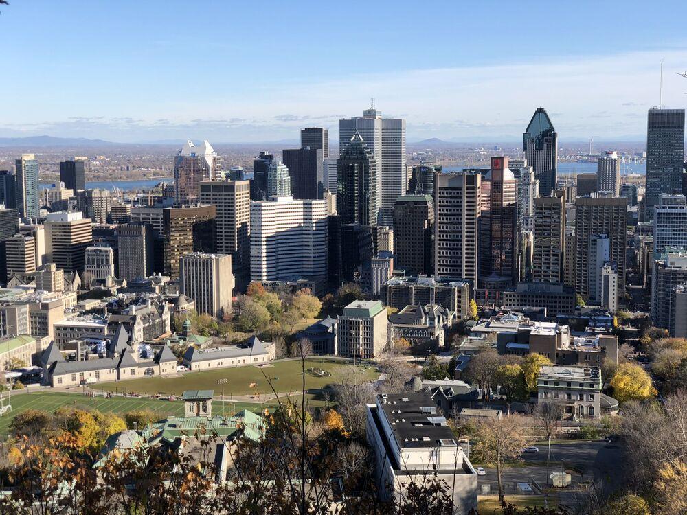 Olhando para Montreal de cima da montanha Monte Royal, Canadá