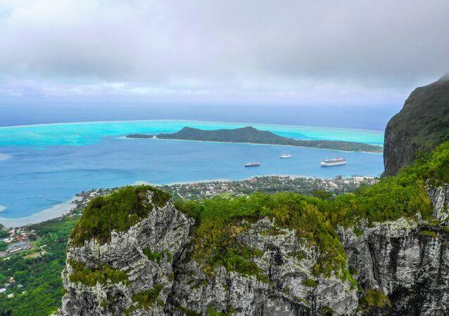 Ilha Bora Bora é fotografada do monte Otemanu, Polinésia Francesa
