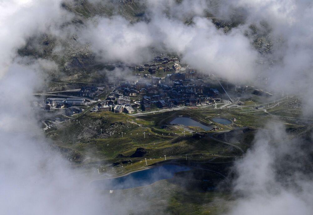 Estação de esqui Vale Thorens sendo observada dos Alpes, França