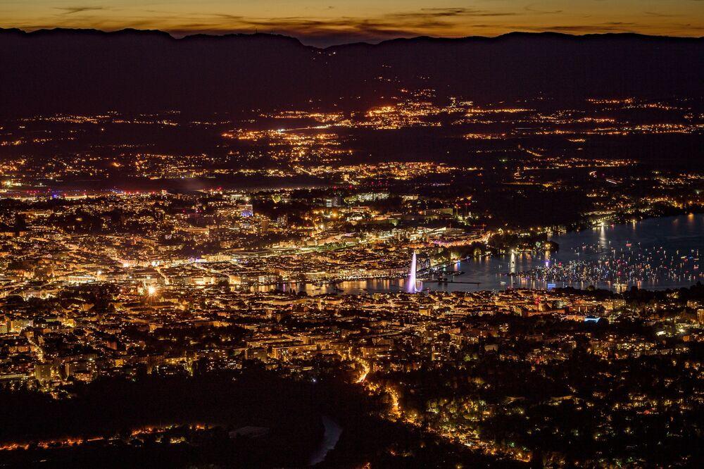 Genebra é fotografada de cima da montanha francesa Salève