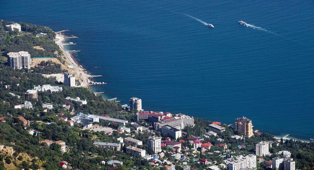 Litoral do mar Negro e a aldeia Miskhor sendo observados de cima do pico Ai-Petri na Crimeia, Rússia