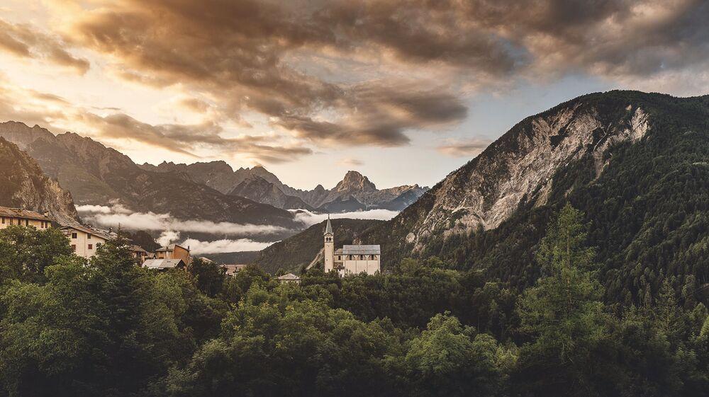 Igreja é observada de uma das montanhas nas Dolomitas, Itália