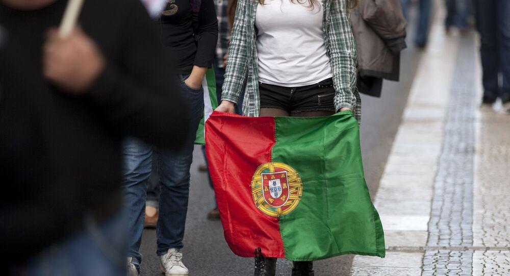 Mulher carrega bandeira de Portugal em Lisboa