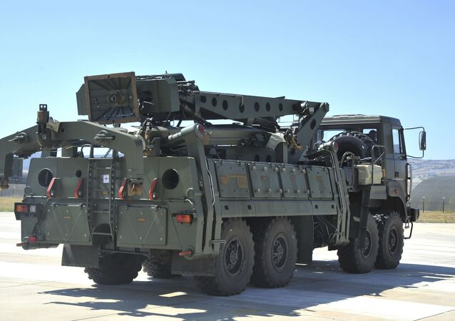 Caminhão com partes do sistema de defesa antiaéreo russo S-400, em aeroporto próximo à Ancara (foto de arquivo)