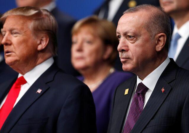 Presidente dos EUA, Donald Trump, e da Turquia, Recep Tayyip Erdogan, posam para foto durante encontro de Chefes de Estado da OTAN, em 4 de dezembro