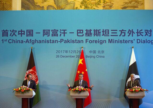 Ministros das Relações Exteriores da China, Afeganistão e Paquistão em reunião realizada em Pequim