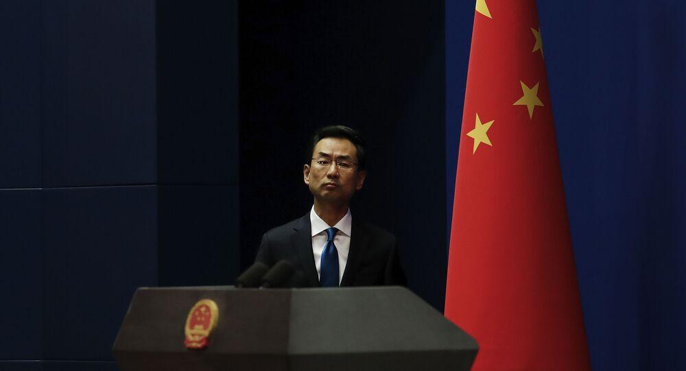 Hua Chunying, ministro das Relações Exteriores da China, em comitiva de imprensa