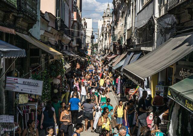 Movimentação de consumidores para as compras de natal no centro de comércio Saara, no Rio de Janeiro.