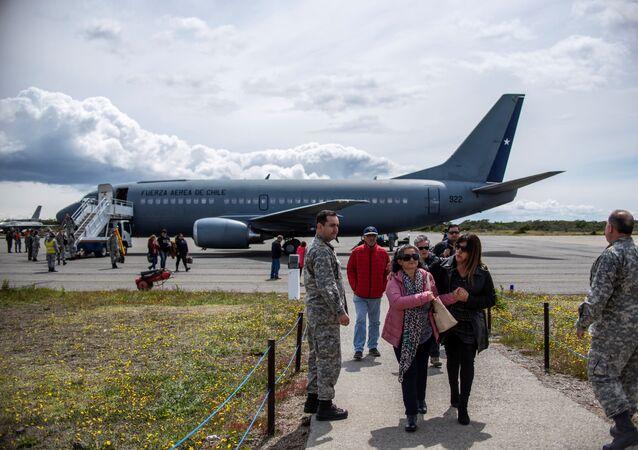 Parentes de passageiros a bordo da aeronave Hércules C-130, da Força Aérea do Chile, que caiu em um remoto trecho de mar entre a América do Sul e a Antártida, chegam de Santiago a uma base da Força Aérea na cidade de Punta Arenas, no Chile, em 11 de dezembro de 2019