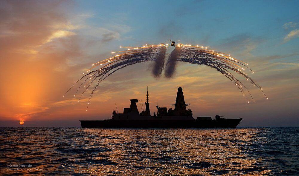 Destróier HMS Dragon da Marinha do Reino Unido e helicóptero Lynx em treinamento militar.  Para a revista National Interest, a Marinha dos Estados Unidos seria atualmente a mais poderosa a navegar pelos mares.