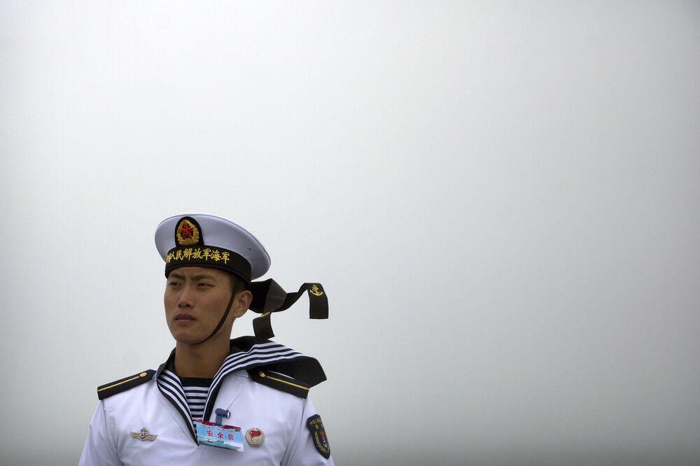 Marinheiro chinês no convés do navio Qi jinguan durante uma parada  A China é a segunda maior potencia naval, segundo revista militar National Interest.
