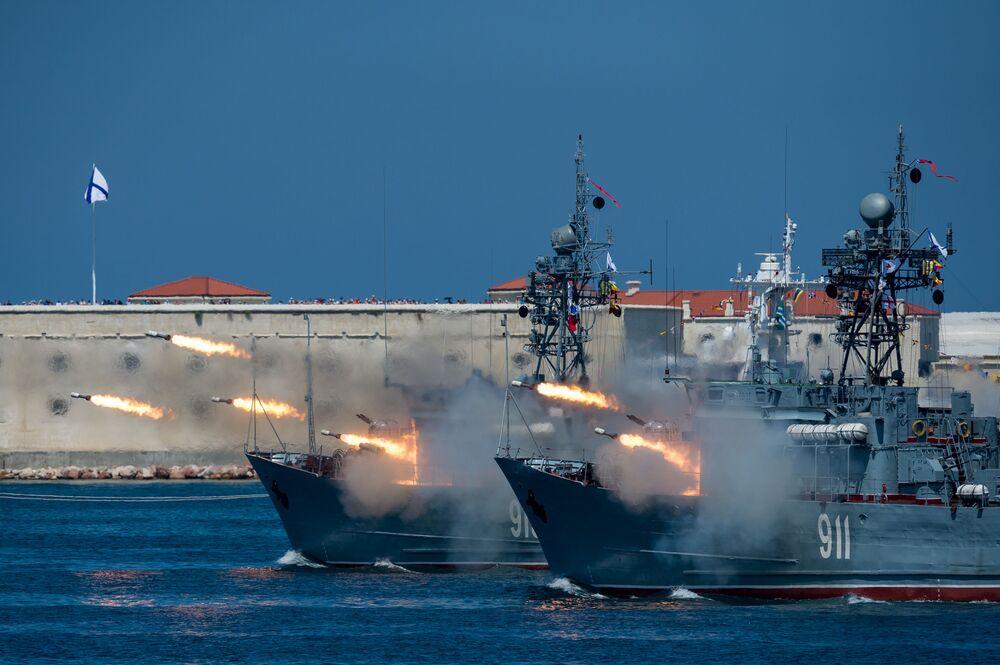 Salvas dos navios caça-minas Kovrovets e Ivan Golubets na parada de celebração do Dia da Marinha em Sevastopol.  A Rússia é a terceira maior potencia naval, segundo revista militar National Interest.