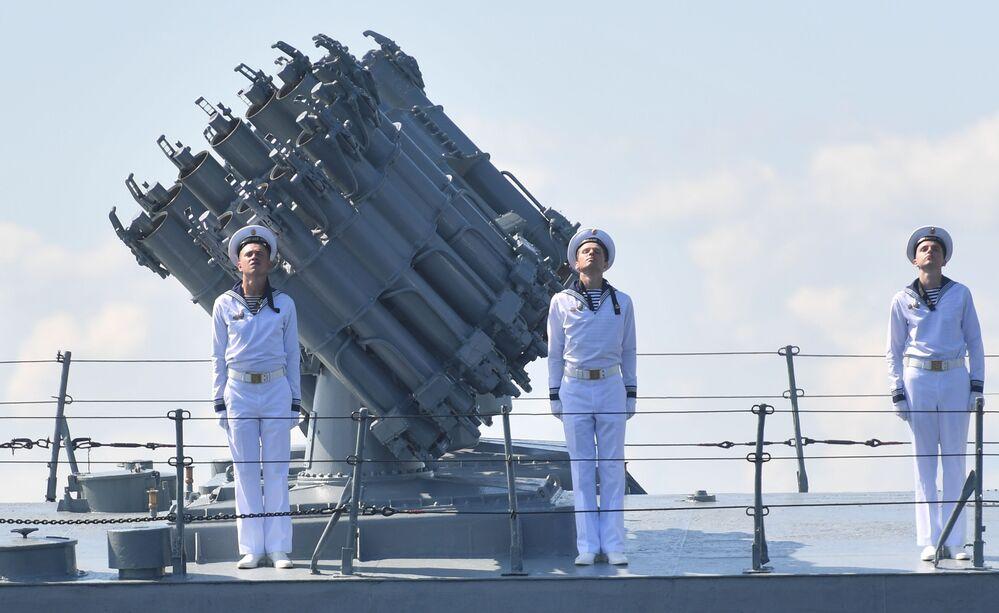 Marinheiros no convés de navio antissubmarino durante treinamento para o desfile em Kronstadt.  A Rússia detem a terceira Marinha mais poderosa, segundo revista militar National Interest.