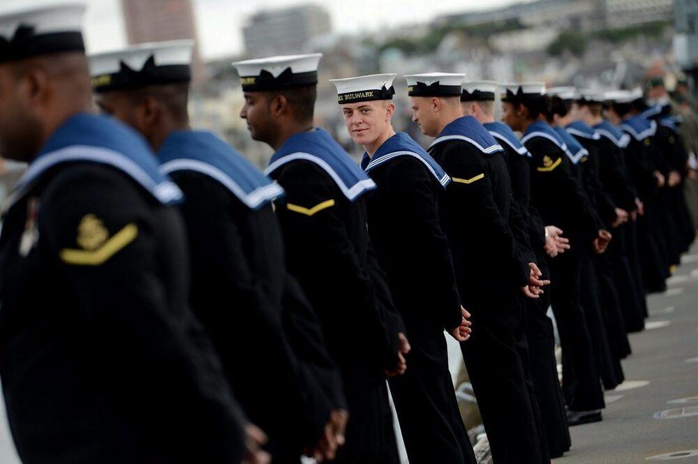 Marinheiros a bordo do navio britânico HMS Bulwark.  O Reino Unido figura como a quarta maior potencia naval, segundo revista militar National Interest.