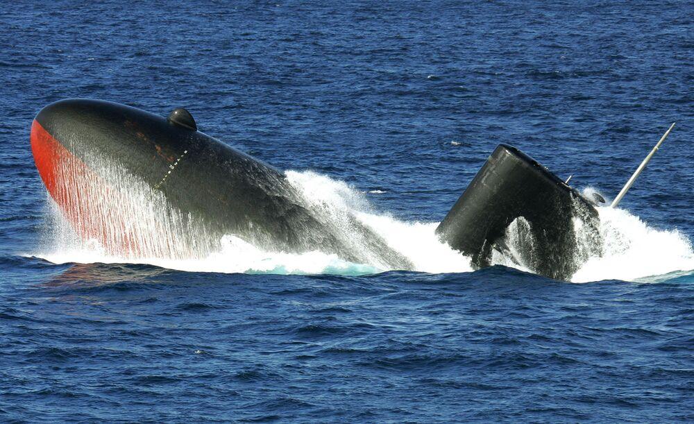 Submarino japonês Yukishio vindo à superfície.  O Japão se destaca como a quinta maior potencia naval, segundo revista militar National Interest.