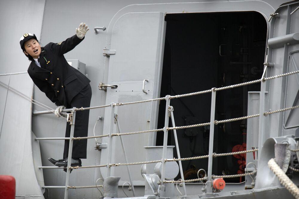 Marinheira japonnesa no convés do destróier Suzutsuki no porto de Qingdao, na China.  O Japão se destaca como a quinta maior potencia naval, segundo revista militar National Interest.