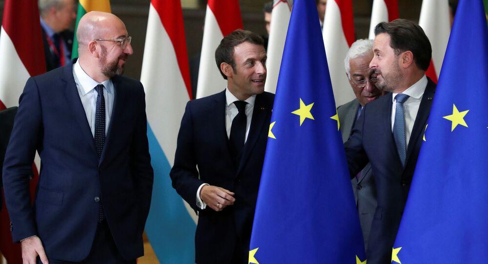 Presidente do Conselho Europeu, Charles Michel, presidente francês, Emmanuel Macron, primeiro-ministro português, António Costa, e primeiro-ministro de Luxemburgo, Xavier Bettel, conversam durante cúpula da UE em Bruxelas