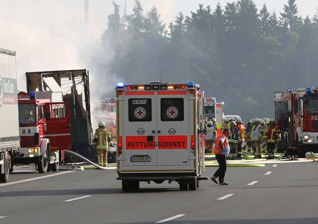 Veículos de ambulância e bombeiros trabalham em conjunto para apagar incêndio na Alemanha (foto de arquivo)
