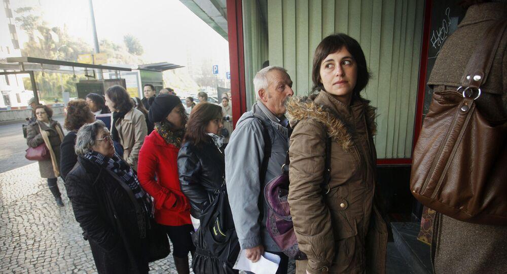 Desempregandos em fila durante crise financeiro em Portugal