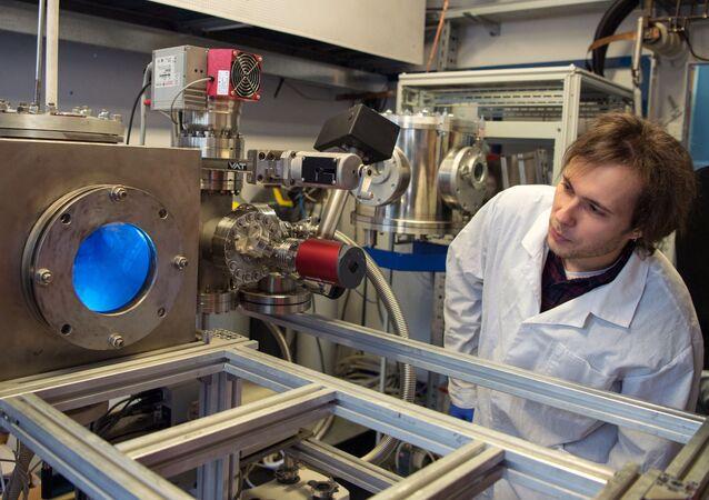 Pesquisador em um dos laboratórios da renomada Universidade Nacional de Pesquisa Nuclear (MEPhI), em Moscou