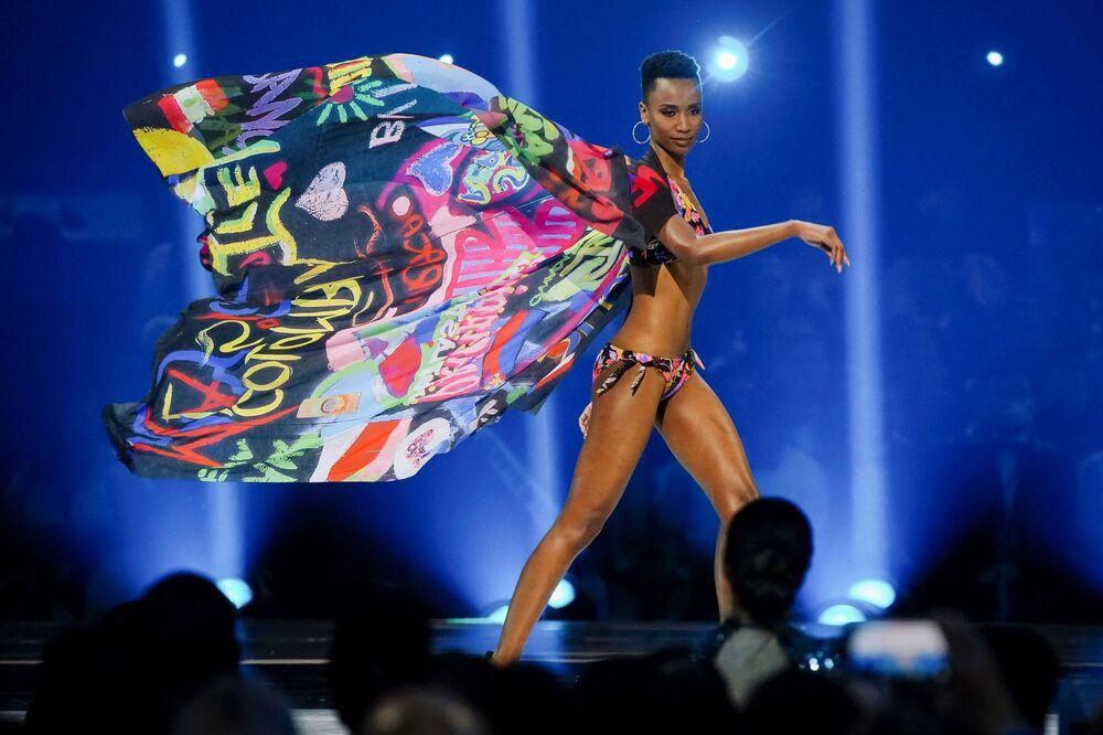 Modelo Zozibini Tunzi no concurso de beleza Miss Universo 2019