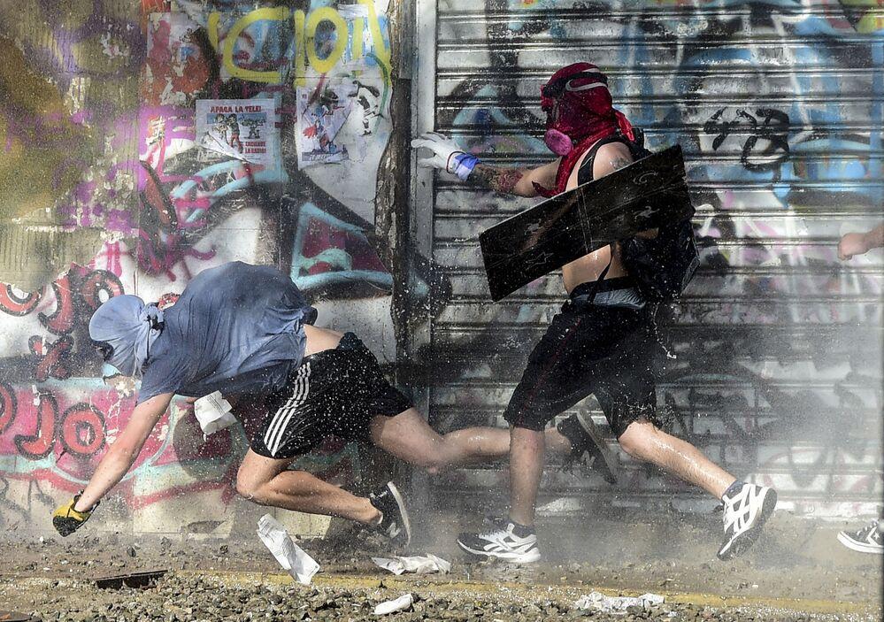 Manifestantes fogem da Polícia no Chile durante protesto