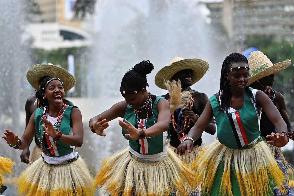 Africanos executam dança tradicional durante a Cúpula de Nairóbi, no Quênia