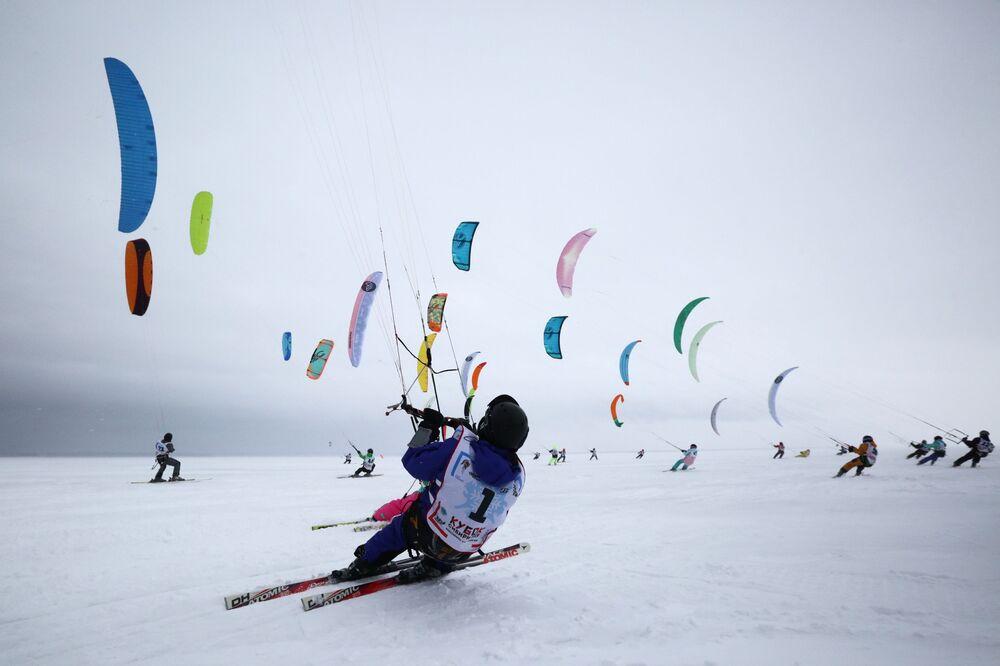 Participantes durante a Copa da Sibéria de Snowcating e Windsurfing de Inverno na cidade russa de Novossibirsk