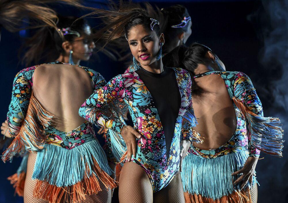 Dançarinas argentinas durante apresentação na competição mundial de danças latinas na cidade colombiana de Medellín