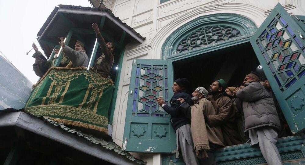 Muçulmanos orando na Caxemira, região disputada entre a Índia e o Paquistão