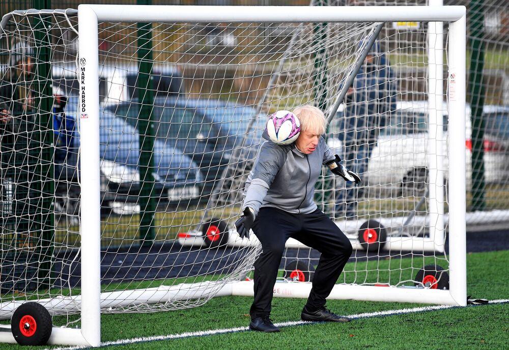 Primeiro-ministro britânico Boris Johnson em aquecimento antes de uma partida de futebol