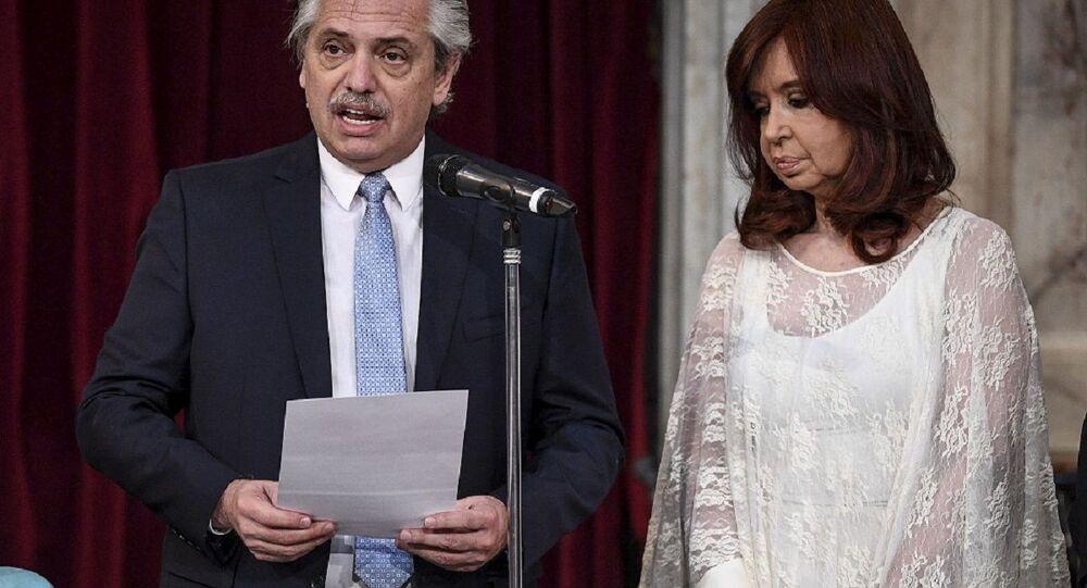 Presidente argentino Alberto Fernández em sua cerimônia de posse com sua vice Cristina Kirchner